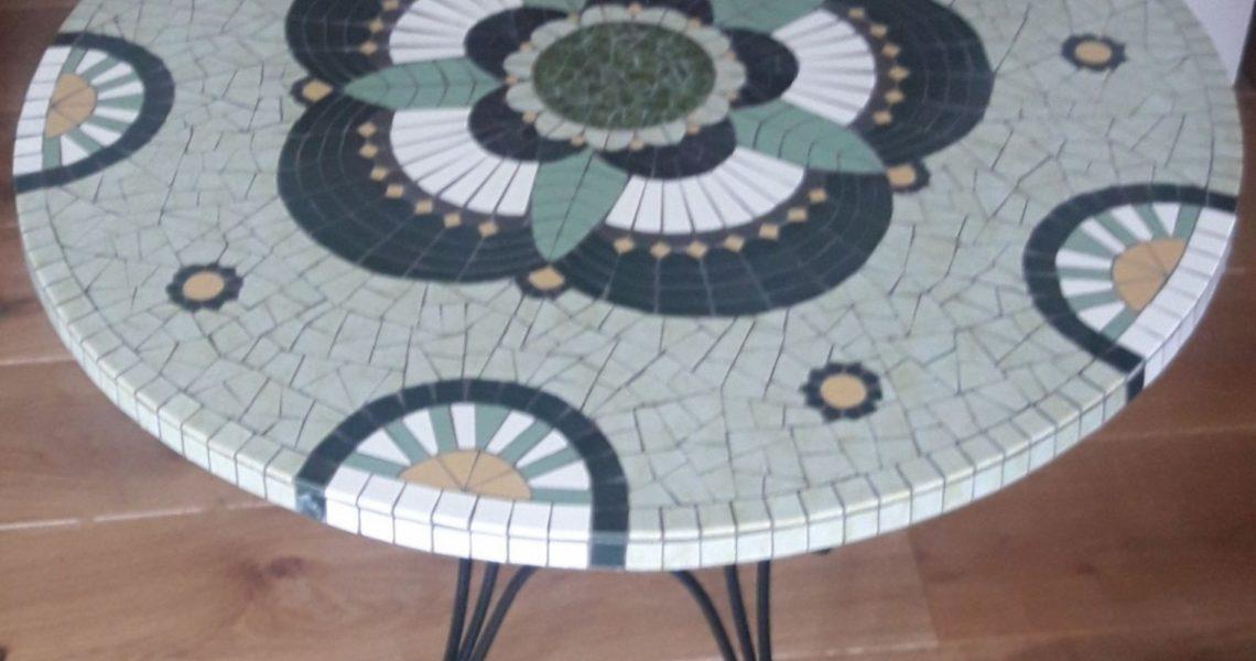 Ronde grote mozaiek terrastafel.